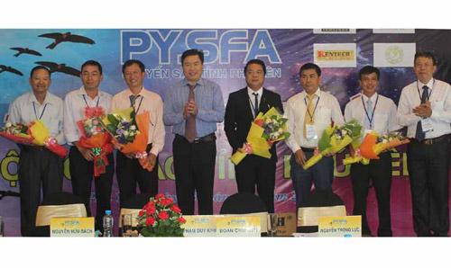 Phó Chủ tịch UBND tỉnh Trần Hữu Thế tặng hoa chúc mừng Ban Chấp hành Hội Yến sào Phú Yên - Ảnh: NHƯ THANH