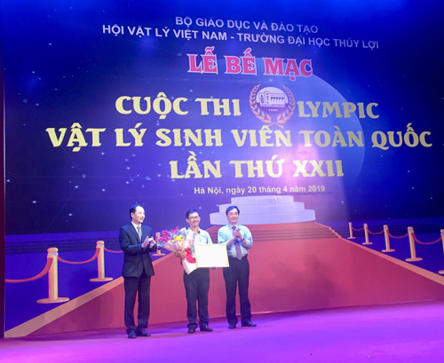 TS Phan Tùng Mậu, Phó Chủ tịch Liên hiệp Hội Việt Nam trao bằng khen cho trường Đại học Quốc gia Tp Hồ Chí Minh dành giải đặc biệt toàn đoàn