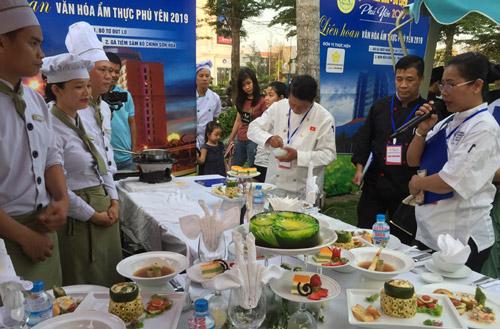 Món ăn và bàn tiệc được chế biến và trình bày kiểu Âu của đầu bếp khách sạn Cendeluxe tại Liên hoan ẩm thực Phú Yên 2019 được giám khảo đánh giá cao - Ảnh: TRẦN QUỚI