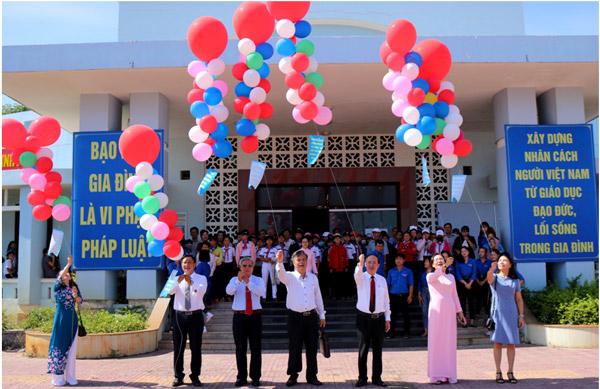 Các đại biểu thả bóng bay mang theo thông điệp tuyên truyền về phòng, chống bạo lực gia đình và Ngày Gia đình Việt Nam năm 2019
