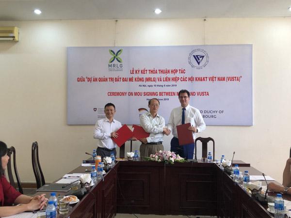 Ông Phạm Văn Tân – Phó chủ tịch kiêm Tổng thư ký VUSTA, ông Nguyễn Hữu Ninh – Đại diện liên danh GRET-LEI cùng ông John Meadows – Trưởng nhóm đại diện dự án MRLG tại Việt Nam đã ký kết văn kiện hợp tác