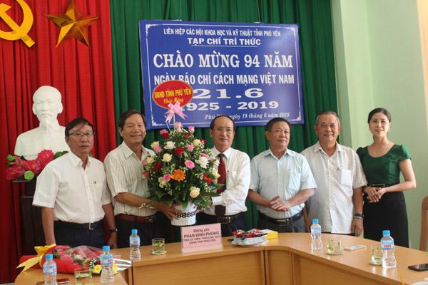 Lãnh đạo UBND tỉnh thăm và tặng quà Tạp chí Trí thức Phú Yên