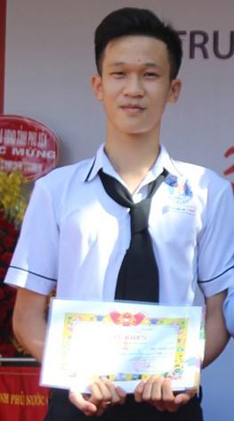 Nguyễn Quốc An được nhà trường khen thưởng về thành tích của mình