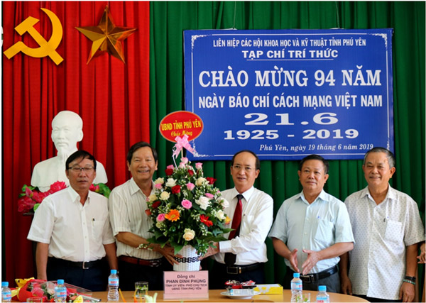 Phó chủ tịch UBND tỉnh Phan Đình Phùng thăm, tặng quà Tạp chí Trí thức Phú Yên (Liên hiệp các Hội Khoa học - Kỹ thuật tỉnh)