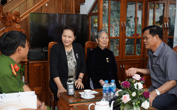 Chủ tịch Quốc hội Nguyễn Thị Kim Ngân thăm và tặng quà các gia đình có công với cách mạng TP Tuy Hòa