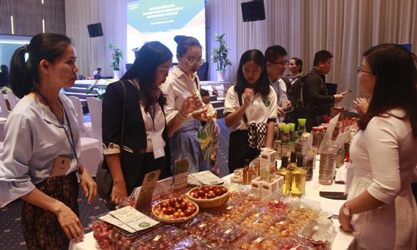 Các doanh nghiệp giới thiệu những sản phẩm chủ lực trong Hội nghị Kết nối cung cầu các tỉnh miền Trung - Tây Nguyên. Ảnh: VÕ PHÊ
