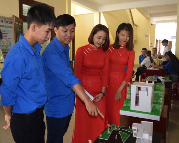 Đoàn viên, thanh niên xem trưng bày các sản phẩm sáng tạo khoa học kỹ thuật tại Ngày hội Sáng tạo tuổi trẻ - Ảnh: CTV