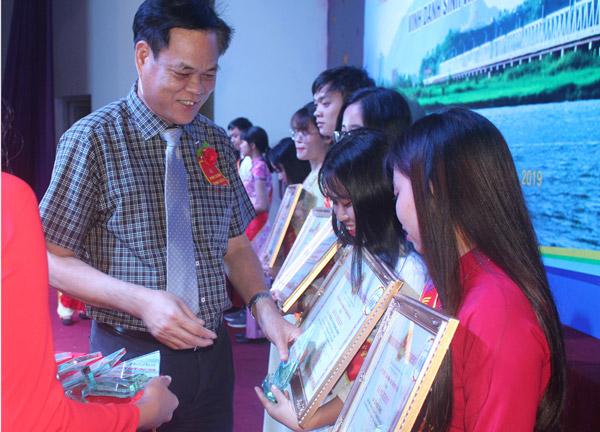 Bí thư Tỉnh ủy, Chủ tịch HĐND tỉnh Huỳnh Tấn Việt trao bằng khen của UBND tỉnh cho các sinh viên xuất sắc - Ảnh: TRUNG HIẾU