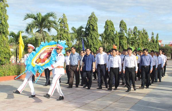 Phó Thủ tướng Vương Đình Huệ và lãnh đạo tỉnh đặt vòng hoa và dâng hương tại Nghĩa trang liệt sĩ tỉnh - Ảnh: HÀ MY