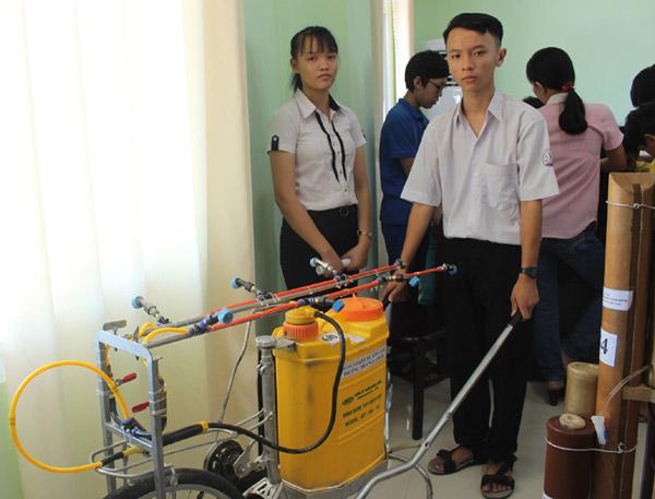 Em Trần Công Lý và Nguyễn Thị Phượng bên mô hình vào chung khảo Cuộc thi Sáng tạo thanh thiếu niên, nhi đồng lần 4 - Ảnh: HOÀNG HÀ THẾ