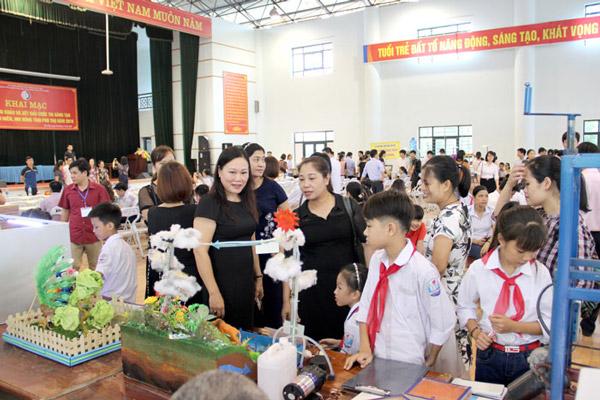 Các đại biểu, phụ huynh và các em học sinh thăm gian trưng bày các mô hình, sản phẩm