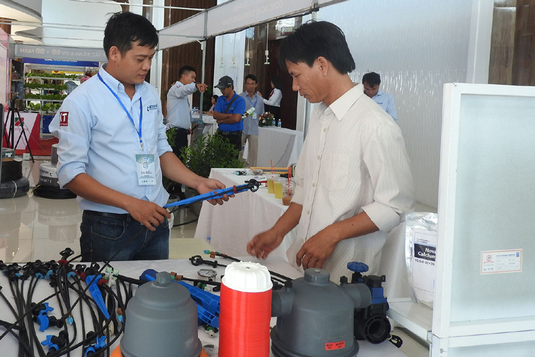 Nông dân tham quan, tìm hiểu thông tin tại điểm trưng bày của Công ty CP Công nghệ tưới Khang Thịnh - Ảnh: THÁI HÀ