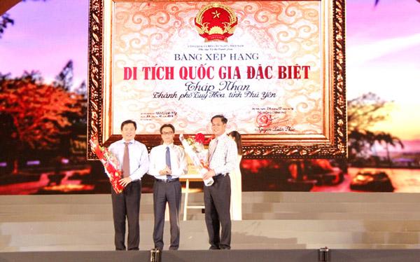 Phó Thủ tướng Chính phủ Vũ Đức Đam (giữa) trao bằng Di tích quốc gia đặc biệt Di tích kiến trúc nghệ thuật Tháp Nhạn và tặng hoa cho các đồng chí lãnh đạo tỉnh - Ảnh: TRẦN QUỚI