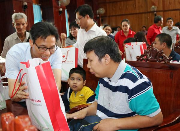 Phó Thủ tướng Chính phủ Vũ Đức Đam trao 100 suất quà cho nạn nhân chất độc da cam hai huyện Đông Hòa và Tây Hòa