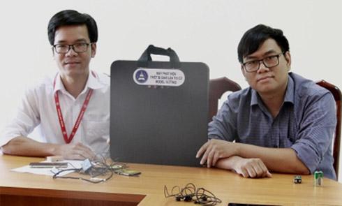 Tác giả Tôn Thất Trường Nam (bên phải) và thầy Trần Quốc Lâm bên cạnh thiết bị