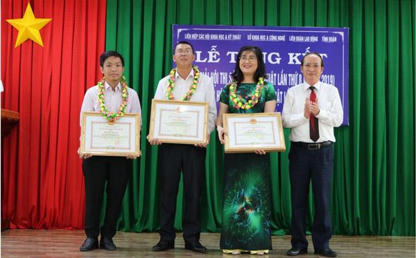 Phó Chủ tịch UBND tỉnh Phan Đình Phùng trao Bằng khen của UBND tỉnh cho các tác giả đạt giải cao tại Hội thi Sáng tạo Kỹ thuật tỉnh lần thứ 8