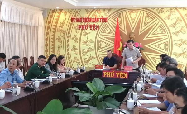 Đồng chí Trần Hữu Thế báo cáo tình hình ứng phó với bão số 5 tại Phú Yên. Ảnh: THU THỦY