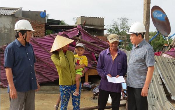 Lãnh đạo UBND tỉnh đi thăm, động viên các hộ dân có nhà sập do bão