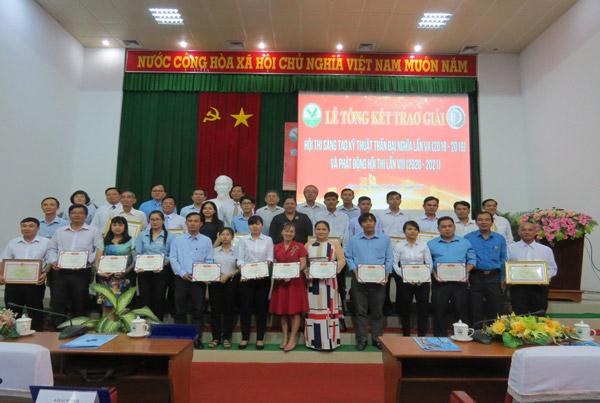 Ban Tổ chức trao Bằng khen, chứng nhận cho các tác giả đoạt giải nhất Hội thi