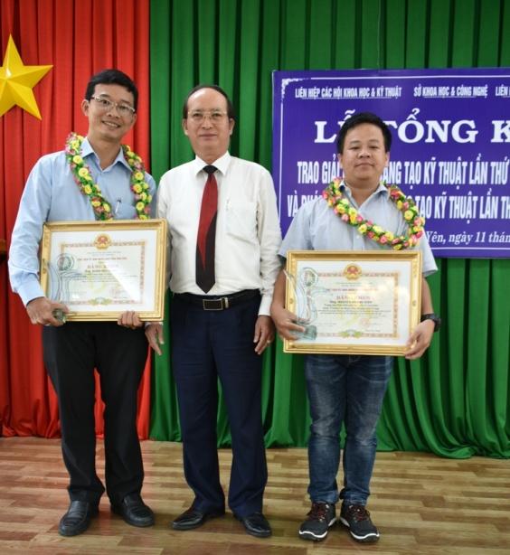 Kỹ sư Đoàn Hữu Sinh (Bên trái)