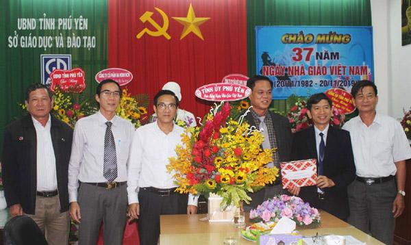 Đồng chí Huỳnh Tấn Việt, thăm, chúc mừng Sở GD-ĐT nhân Ngày Nhà giáo Việt Nam. Ảnh: TRUNG HIẾU
