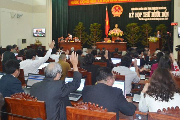 Các đại biểu biểu quyết thông qua chương trình kỳ họp - Ảnh: ANH NGỌC