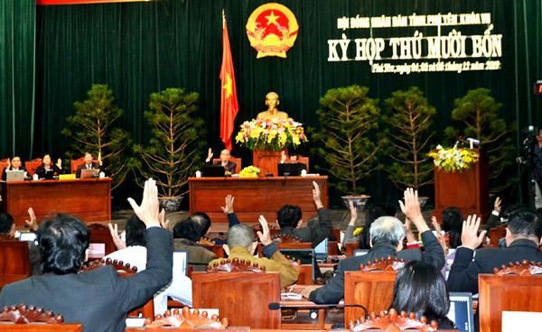 Đại biểu biểu quyết thông qua các nghị quyết tại kỳ họp. Ảnh: NGỌC CHUNG