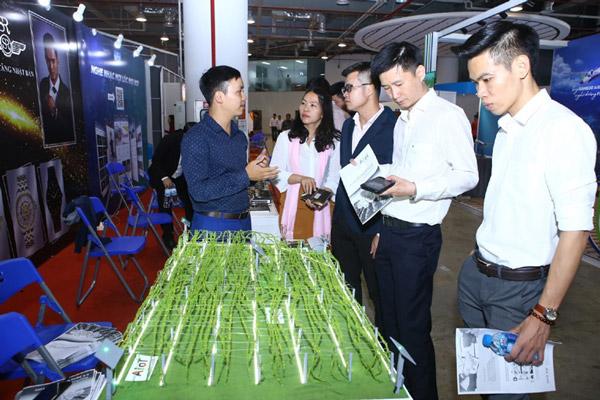 Các doanh nhân trẻ tham quan triển lãm các sản phẩm công nghệ tại Ngày hội Khởi nghiệp đổi mới sáng tạo Việt Nam 2019, vừa diễn ra tại tỉnh Quảng Ninh. Ảnh: TTXVN
