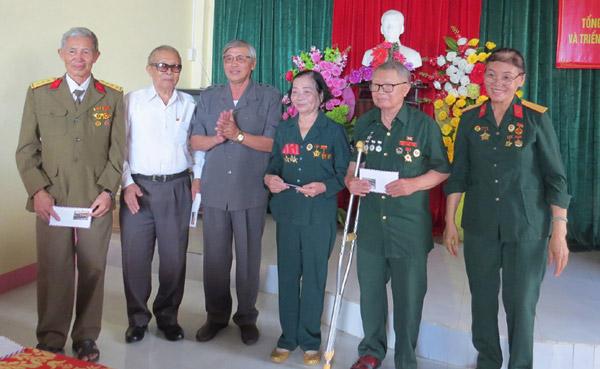 Đại diện Ban Chấp hành Hội Truyền thống Trường Sơn - Đường Hồ Chí Minh TP Tuy Hòa tặng quà cho các hội viên. Ảnh: HÀ ANH
