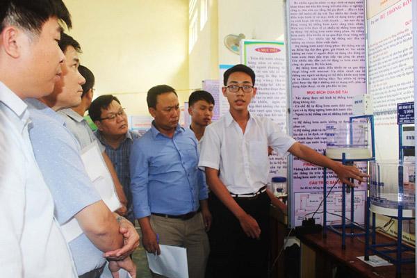 Học sinh Trường THCS Nguyễn Thế Bảo (huyện Phú Hòa) thuyết trình dự án Bơm nước tự động không dây tại cuộc thi. Ảnh: TRUNG HIẾU
