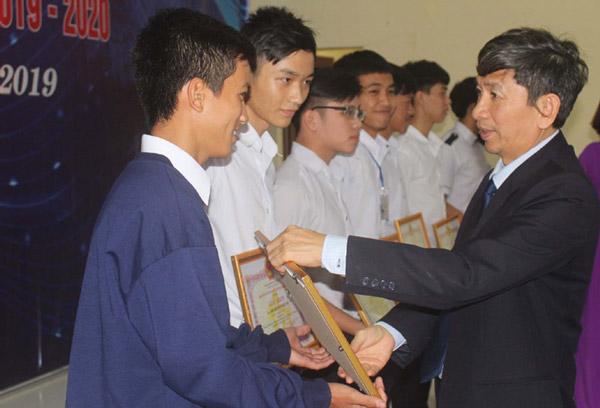 Giám đốc Sở GD-ĐT Phú Yên Phạm Văn Cường trao giấy khen cho các tác giả đạt giải tại cuộc thi. Ảnh: TRUNG HIẾU