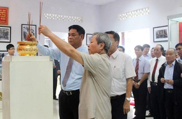 Đồng chí Huỳnh Tấn Việt và các đại biểu dâng hương tưởng niệm Luật sư Nguyễn Hữu Thọ. Ảnh: THIÊN LÝ