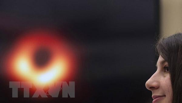 Các nhà khoa học thuộc nhóm Event Horizon Telescop Collaboration công bố hình ảnh đầu tiên về hố đen trong vũ trụ. Ảnh: AFP/TTXVN
