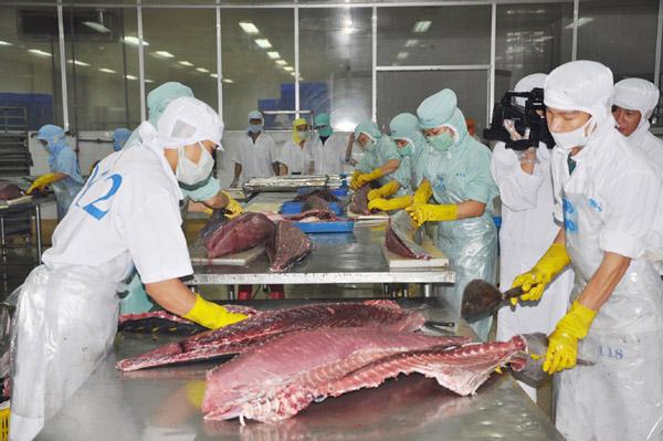 Chế biến hải sản xuất khẩu tại một doanh nghiệp ở KCN Hòa Hiệp. Ảnh: PV