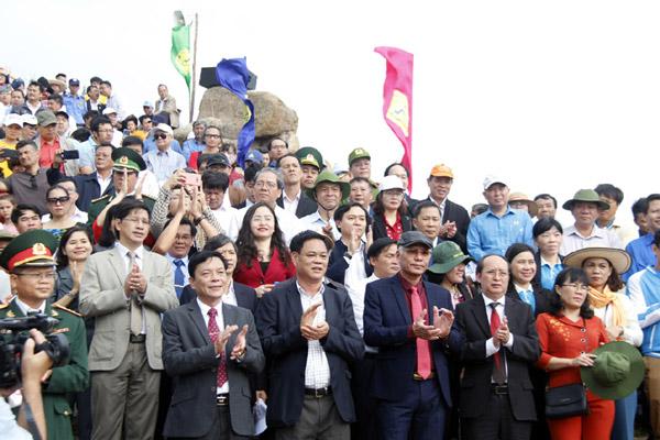 Các đồng chí lãnh đạo tỉnh và đông đảo du khách tham gia chào chờ đầu năm mới 2020 tại điểm cực Đông, nơi đón ánh bình minh đầu tiên trên đất liền Việt Nam. Ảnh: TRẦN QUỚI