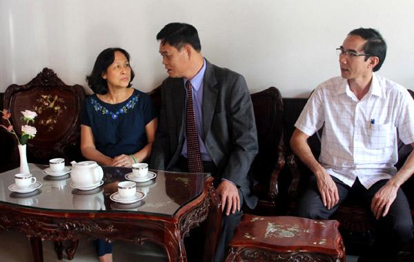 Bí thư Tỉnh ủy Huỳnh Tấn Việt đến thăm gia đình đồng chí Đinh Thanh Đồng, nguyên Phó Bí thư Tỉnh ủy, Chủ tịch HĐND tỉnh. Ảnh: HỒ NHƯ