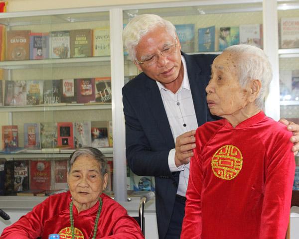 Đồng chí Lương Minh Sơn thăm hỏi các cụ có công ở Trung tâm Nuôi dưỡng người có công và Bảo trợ xã hội tỉnh. Ảnh: HÀ MY