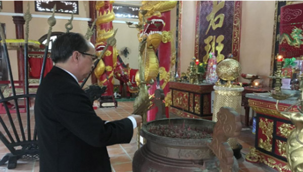 Phó Chủ tịch UBND tỉnh Phan Đình Phùng dâng hương tại Đền thờ Lương Văn Chánh