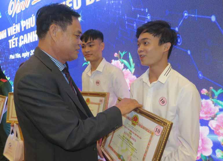 Bí thư Tỉnh ủy Huỳnh Tấn Việt tặng bằng khen của UBND tỉnh cho các sinh viên xuất sắc - Ảnh: HÀ MY