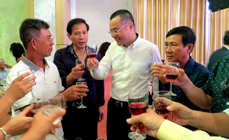 Chủ tịch UBND tỉnh Phạm Đại Dương chúc Tết bà con kiều bào tại buổi gặp mặt - Ảnh: HÀ ANH