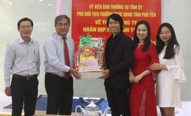 Phó Chủ tịch thường trực UBND tỉnh Nguyễn Chí Hiến đến thăm Công ty TNHH thương mại Dũng Tiến - Ảnh: NHƯ THANH