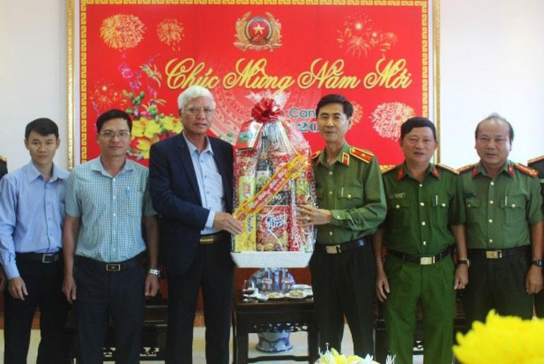 Đồng chí Lương Minh Sơn chúc tết, tặng quà cho cán bộ, chiến sĩ Công an tỉnh