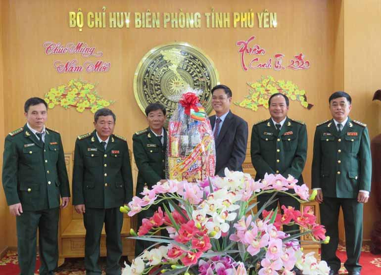 Bí thư Tỉnh ủy Huỳnh Tấn Việt tặng quà Tết Bộ Chỉ huy Bộ đội Biên phòng tỉnh. Ảnh: HÀ MY