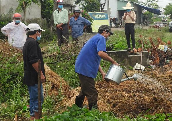 Trung tâm Ứng dụng và chuyển giao công nghệ tập huấn cho người dân xã Hòa Thắng cách ủ phân vi sinh bằng chế phẩm sinh học PYMIC. Ảnh: THÁI HÀ