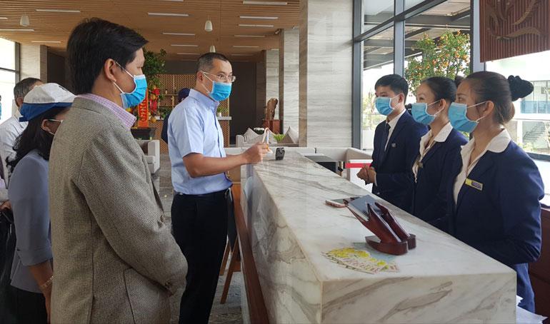 Chủ tịch UBND tỉnh Phạm Đại Dương cùng các thành viên Ban Chỉ đạo phòng chống COVID-19 tỉnh kiểm tra công tác phòng chống dịch bệnh tại Rosa Alba Resort . Ảnh: YÊN LAN