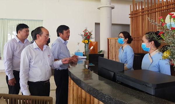Phó Chủ tịch UBND tỉnh Phú Yên Phan Đình Phùng và Phó Giám đốc Sở Y tế Trần Ngọc Dưng trao đổi với nhân viên Trạm dừng chân AStop về việc ngăn ngừa COVID-19. Ảnh: PHƯƠNG TRÀ