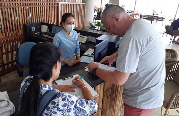 Khách du lịch thực hiện khai báo sức khỏe du lịch khi check-in tại Quê tôi Villa - Astop (TX Sông Cầu). Ảnh: TRẦN QUỚI