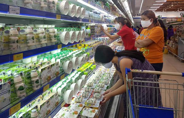 Người dân đeo khẩu trang vải khi đến siêu thị. Ảnh: YÊN LAN