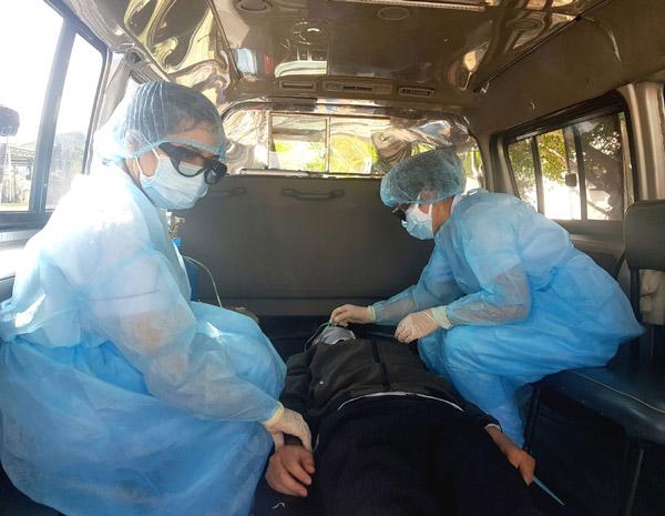 Bệnh nhân khó thở được xe cứu thương đưa đến bệnh viện