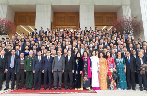 Thủ tướng Chính phủ chụp ảnh cùng nhân sĩ trí thức LHHVN